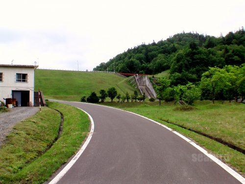二股ダム、道は左カーブして上りに