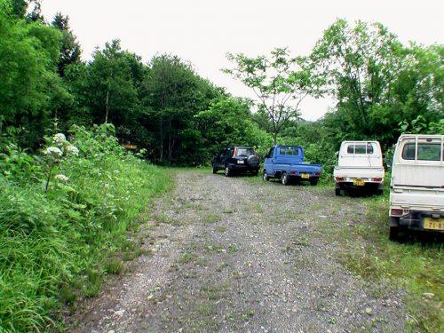 ピッシリ山登山道入口前の駐車スペース