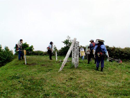 ピッシリ山山頂で草刈り作業をする人たち