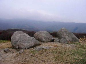展望台に並ぶ3つの岩